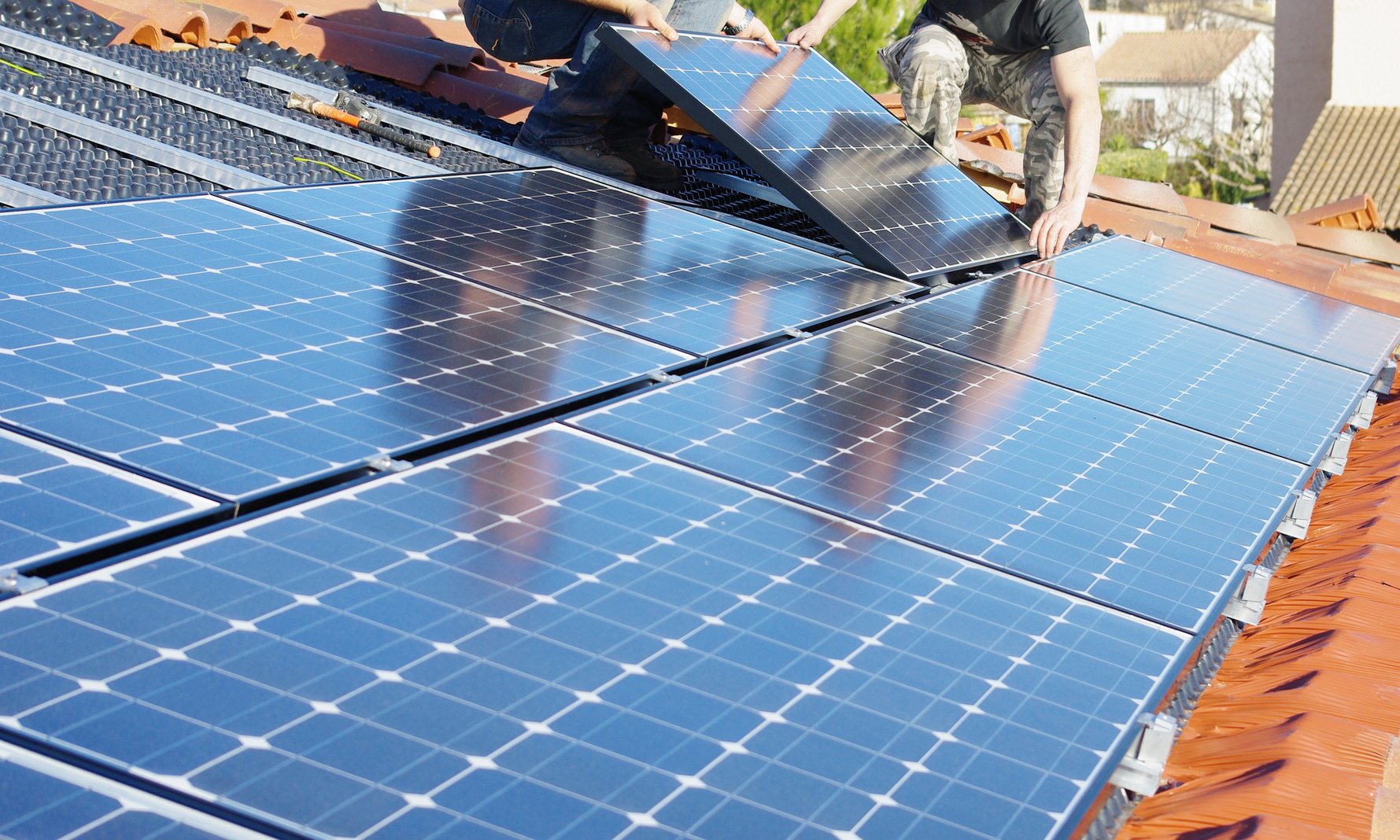 panneaux solaires maison des panneaux solaires sur un toit et des gratteciel une propre. Black Bedroom Furniture Sets. Home Design Ideas